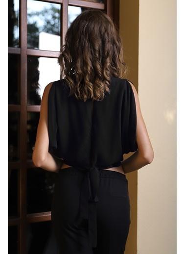 İroni Sırt Yırtmaçlı Krop Şifon Bluz Siyah